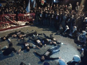 Students fall on the ground one by one to symbolize the Uludere/Roboski massacre. (pic by me, click to enlarge)