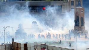 Politie gebruikt overdadig veel traangas tegen betogers. Taksimplein, 31 mei 2013.