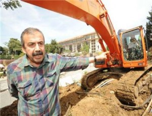 BDP-politicus Sirri Süreyya Önder houdt eigenhandig bomenkap tegen in Gezipark, 31 mei 2013.